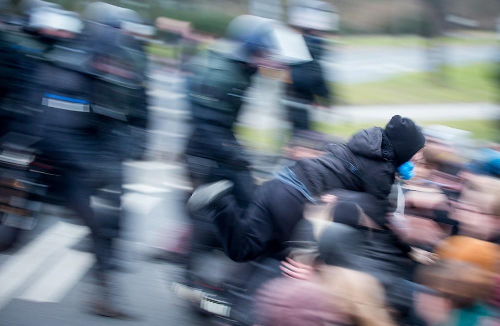 Polizisten werfen im Februar 2015 in Dresden einen Protestierer in eine Sitzblockade, die eine Nazi-Demo blockiert.