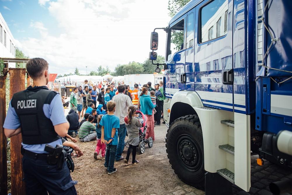 Flüchtlinge betreten ein provisorisches Aufnahmelager im Juli 2015 in Dresden.