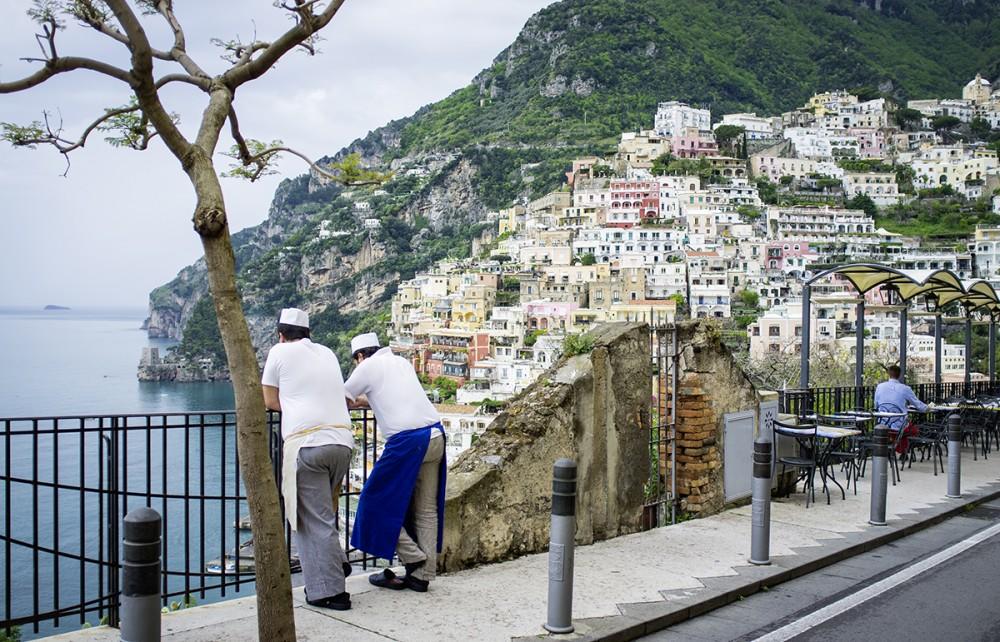 Zwei Köche pausieren im April 2014 in Positano an der Amalfi-Küste in Süditalien.