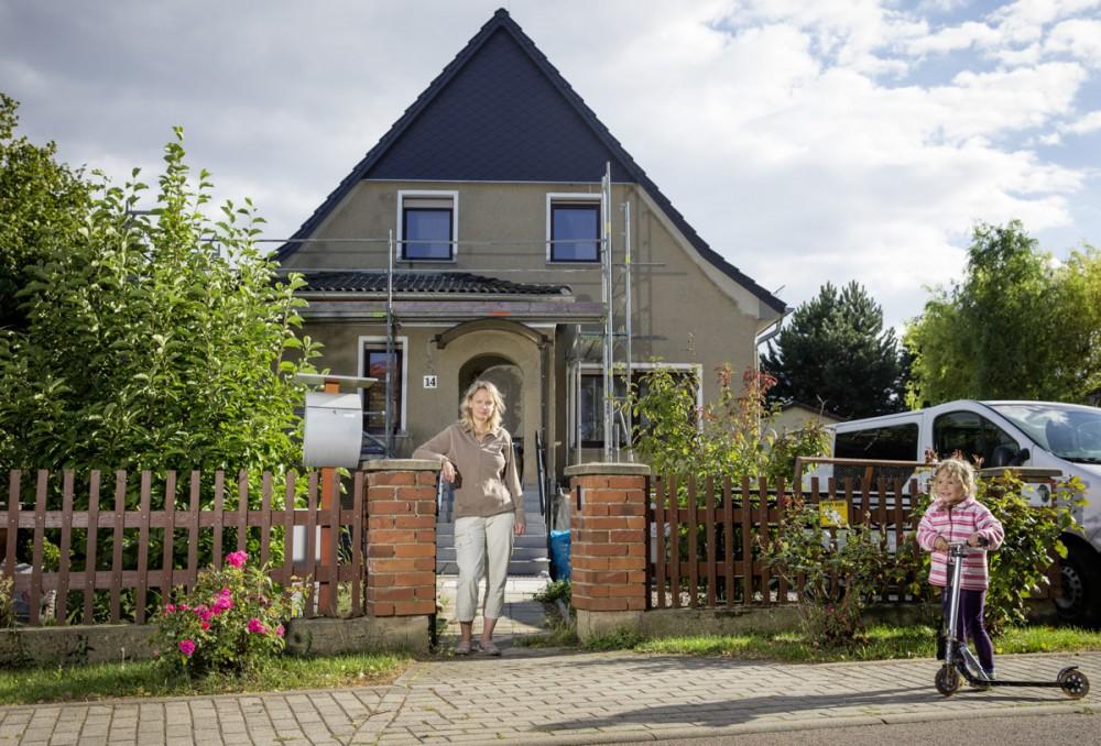 Nancy Nagl aus Wengelsdorf bei Leipzig im September 2013 mit ihrer Tochter vor ihrem Haus.