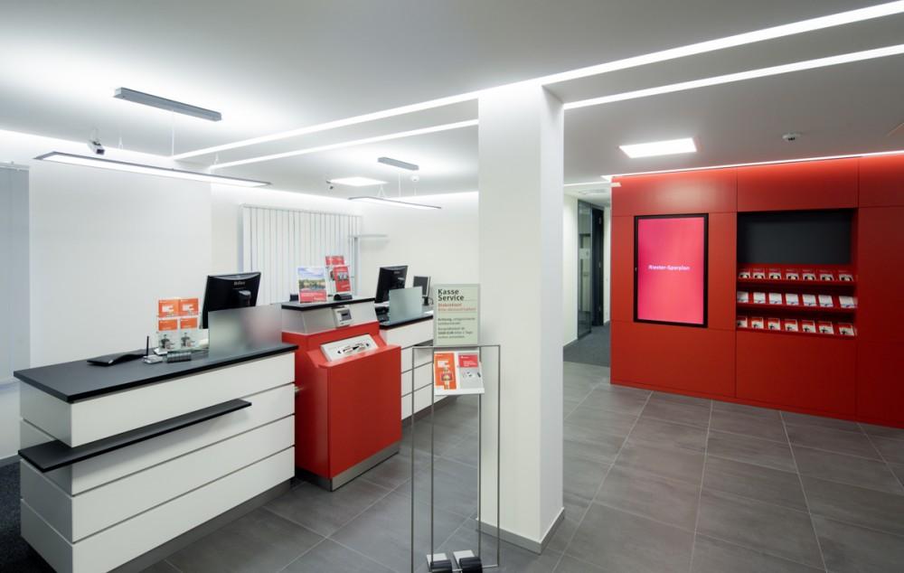 Der Kundenraum einer neugestaltenen Sparkassen-Filiale am 01.11.2013 in Dresden.