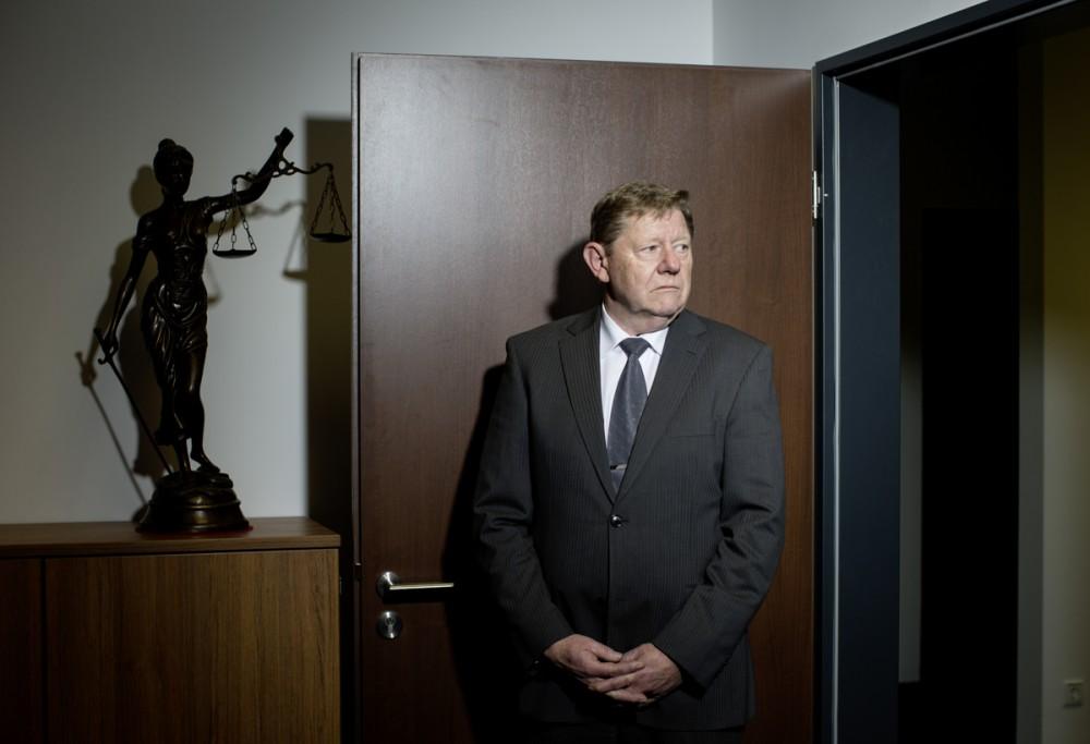 Der vom Finanzkonzern INFINUS enttäuschte ehemalige Mitarbeiter Franz Brem steht am 10.11.2013 in einer Dresdner Anwaltskanzlei