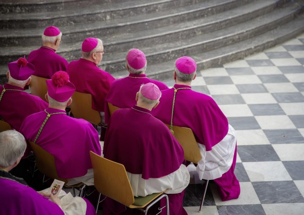 Geistliche sitzen am 16.03.2013 während der Bischofsweihe in der katholischen Kathedrale in Dresden