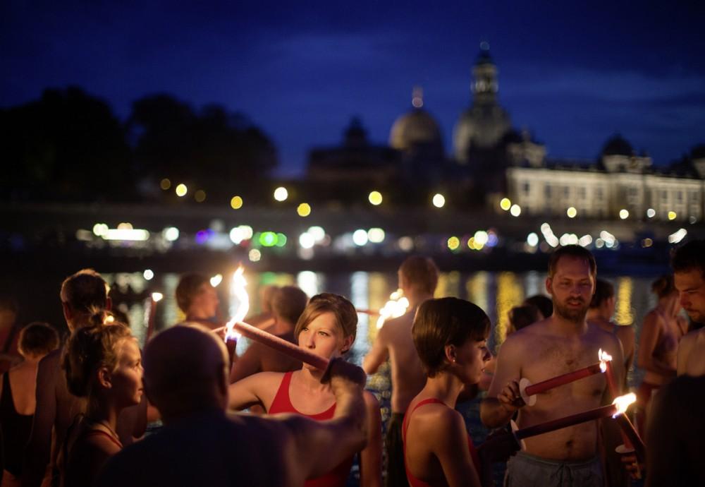 Einige Dutzend Fackelschwimmer machen sich am Abend des 17.08.2013 an der Elbe in Dresden bereit
