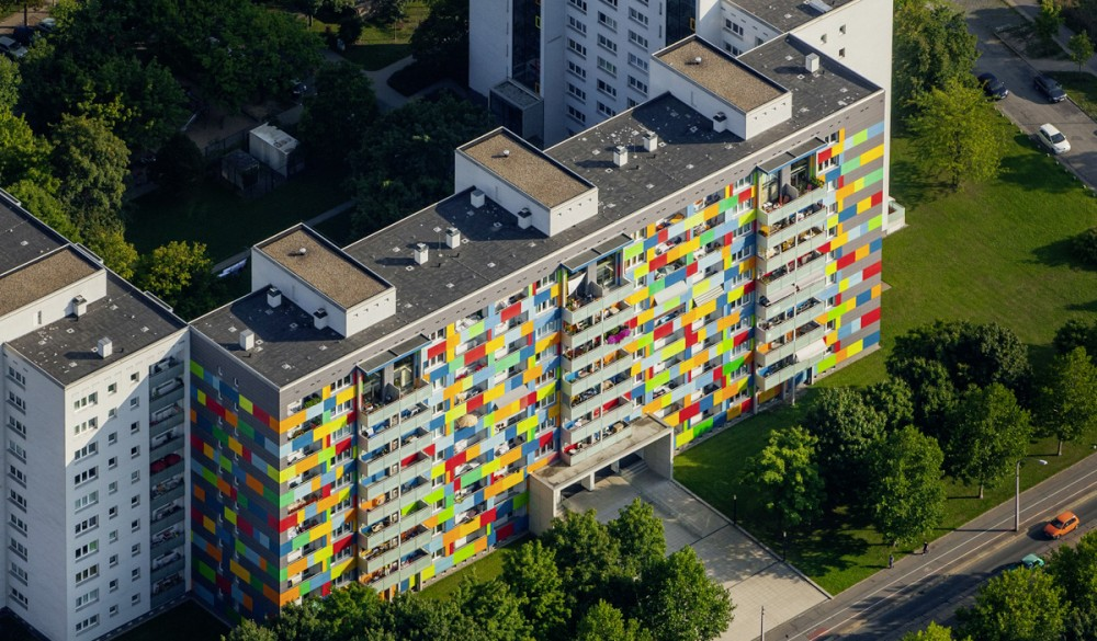 Luftbild von einem bunten Wohnblock am 10.09.2012 in der Dresdner Innenstadt.