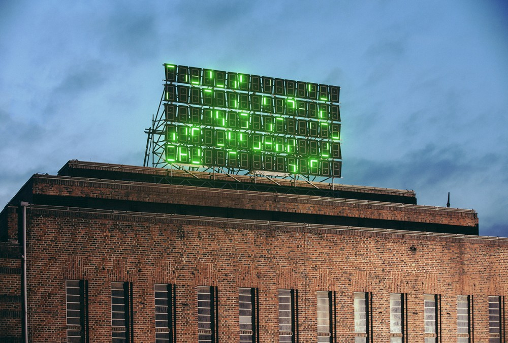 """Die Lichtinstallation """"Restzeichen"""" - bestehend aus 75 LED-Tafeln von Paul Elsner auf dem Kraftwerk Mitte im November 2014 in Dresden."""