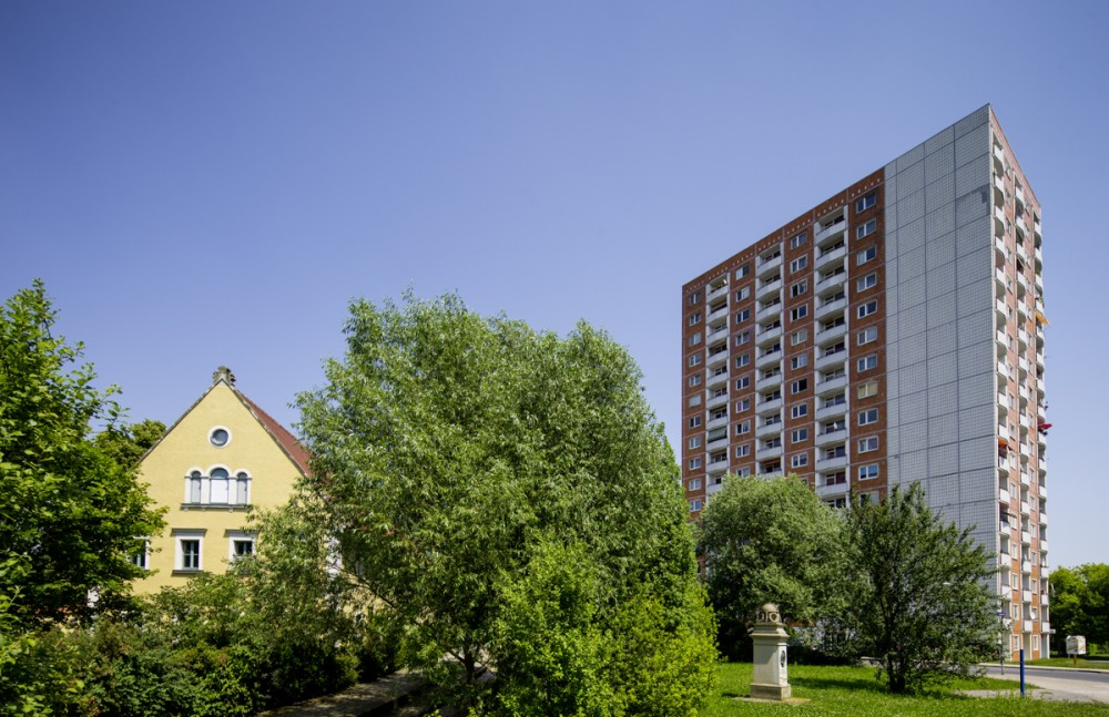 Alter Dorfkern und DDR-Hochhaus im Ortsteil Dresden-Prohlis am 19.06.2013.