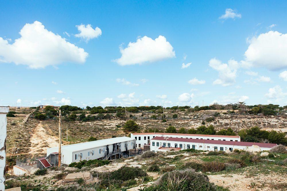 Eine zum Teil abgebrannte Flüchtlingsunterkunft im November ´16 auf Lampedusa.