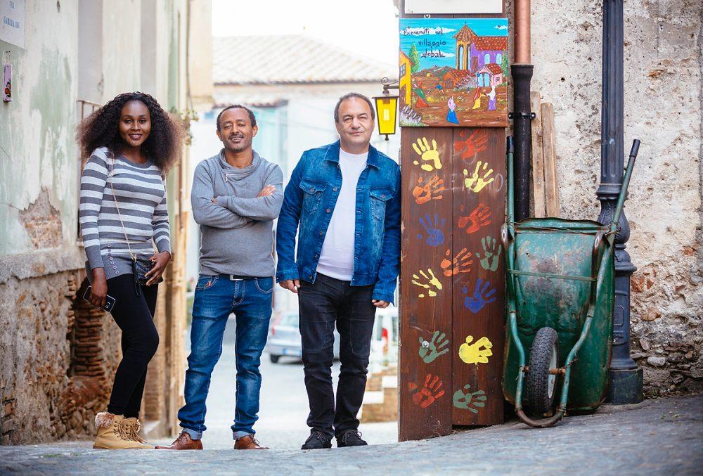 "Bürgermeister Domenico Lucano & afrikanische Flüchtlinge im November ´16 im ""Flüchtlingsdorf""  Riace in Kalabrien."